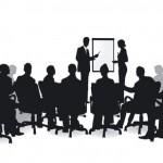 schwarz-weiß-bild-referenten-vor-publikum