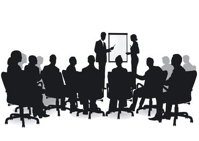 Schwarz Weiß Bild Referenten vor einem Publikum